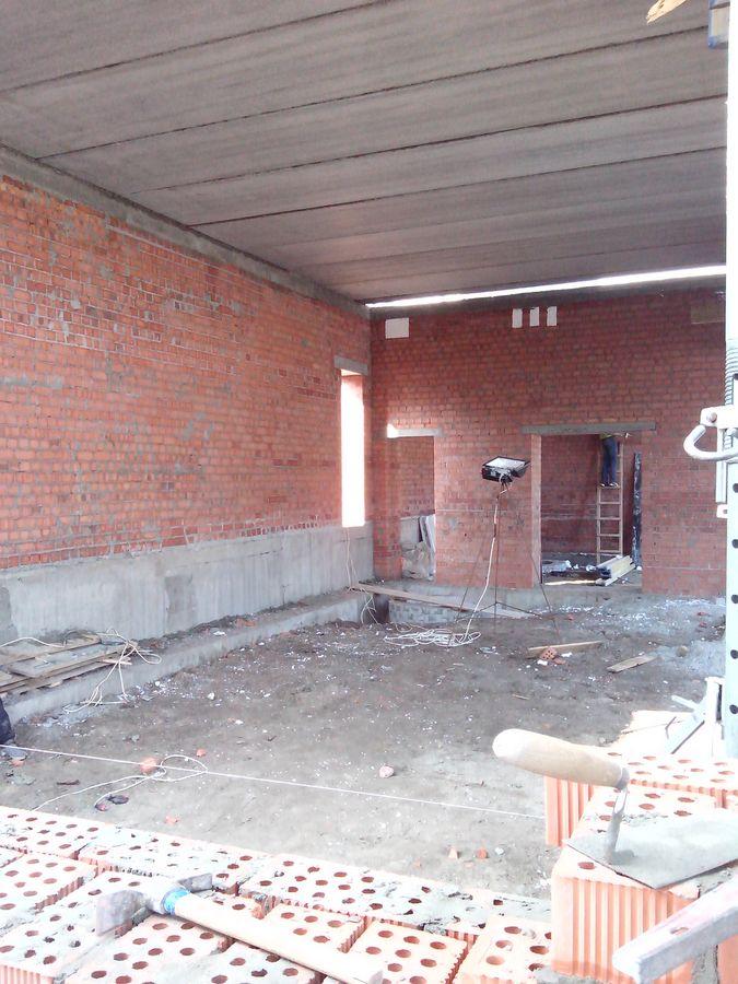 Вид с внутренней части 1 секции. Продолжается кладка стен, укладываем плиты перекрытия
