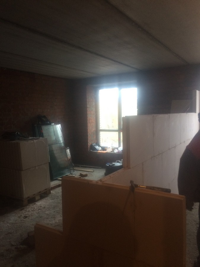Prodolzhaetsya rabota nad mezhkomnatnymi peregorodkami v kvartire 398 m2