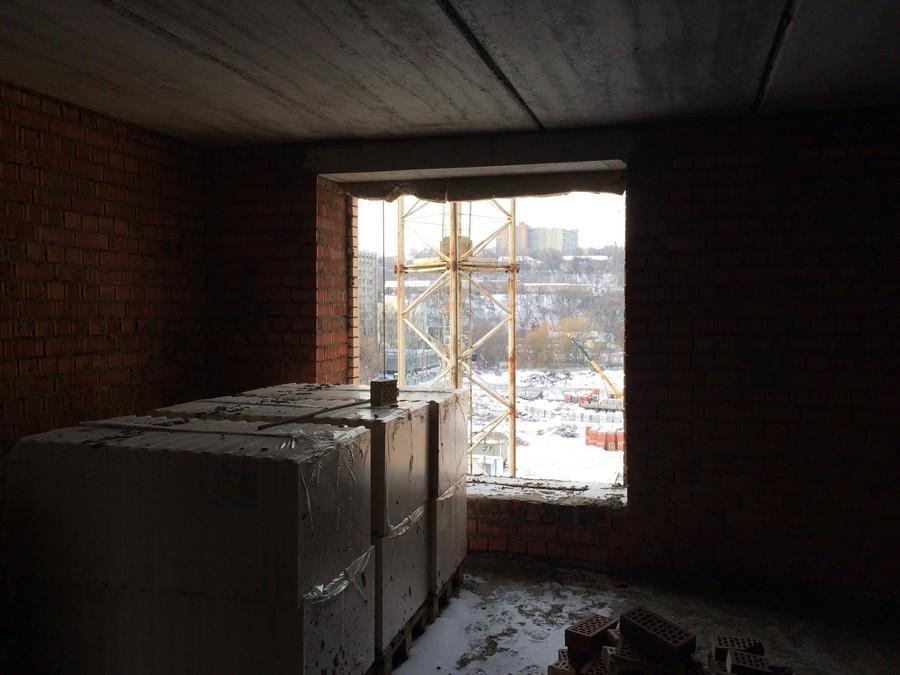 Огромное окно в спальне в квартире 83, 8 м2