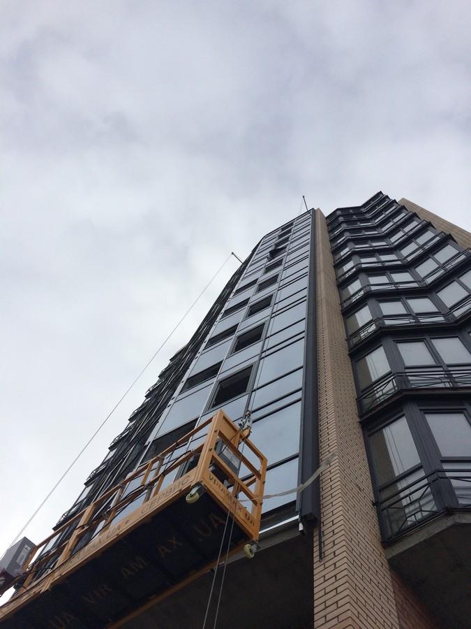 Продолжаем остеклять фасад здания.