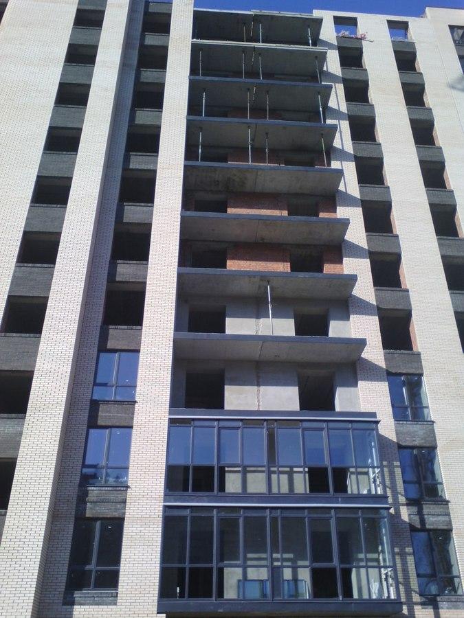Остекленный 3 и 4 этаж, ведётся внутренняя черновая отделка 3-5 этажа