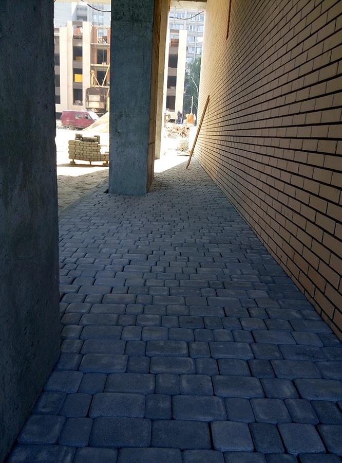 укладка тротуарной плитки возле 2-й секции
