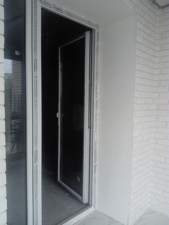 Металлопластиковая дверь на лоджии.