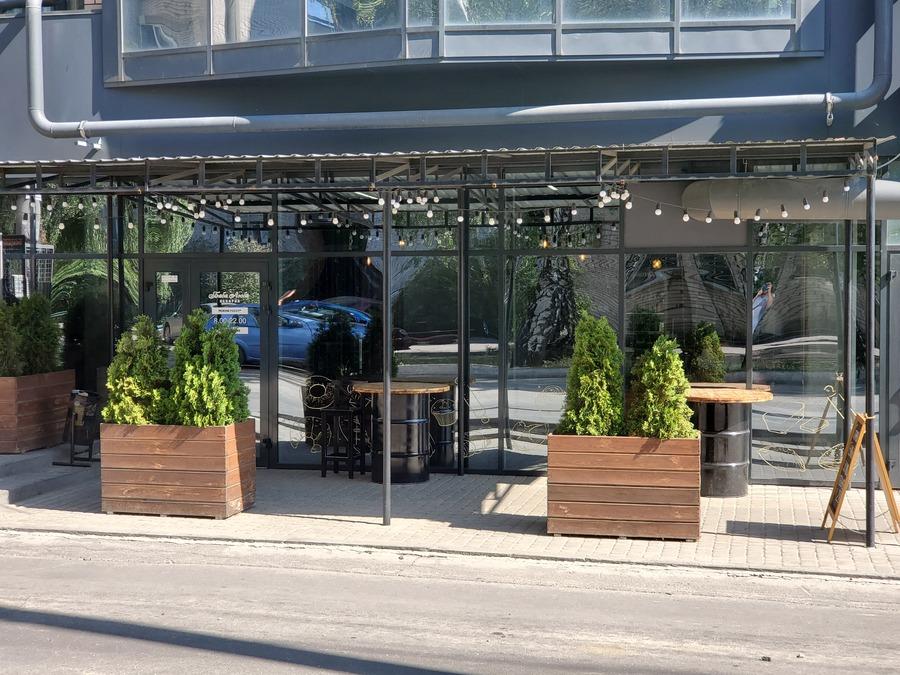 разнообразные магазины и кафе на первом этаже ЖК к вашим услугам